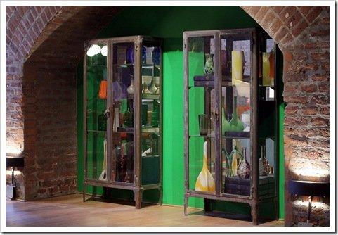 Foto Espacio de LA MERSA en Casa Foa con estanterias recicladas