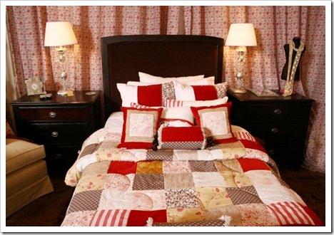 Foto Cama y mesas de Luz con acolchado vintage rojo de Milagros Deco
