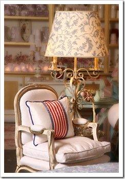 Foto de Sillón Luis XVI y lámpara provenzal de Milagros resta