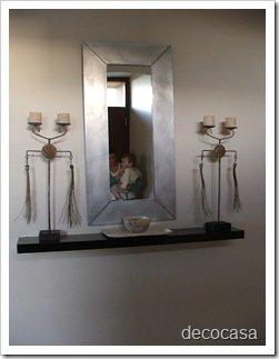 Foto Estante con espejo entrada de casa