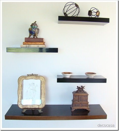 Foto Marco Antiguo en estantes madera laqueada en Living