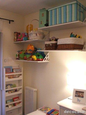 Dormitorios infantiles estantes en poco espacio decocasa for Estantes para cuartos
