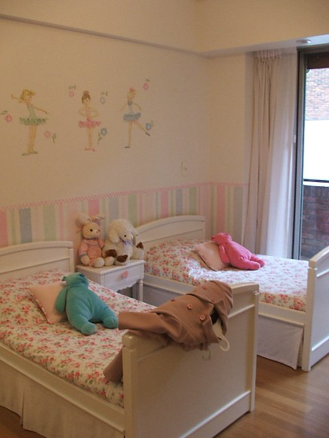 Pompones y pasteles decorar un dormitorio de ni a decocasa for Decorar habitacion nina 8 anos