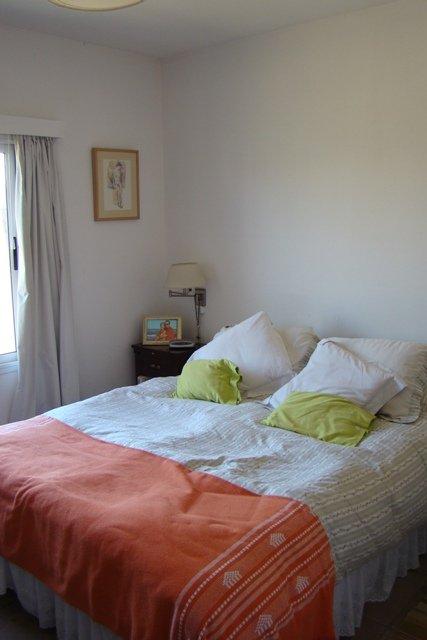 Empapelar una pared del dormitorio decocasa for Empapelar pared