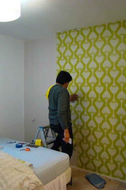Empapelar una pared del dormitorio decocasa - Empapelar una pared ...