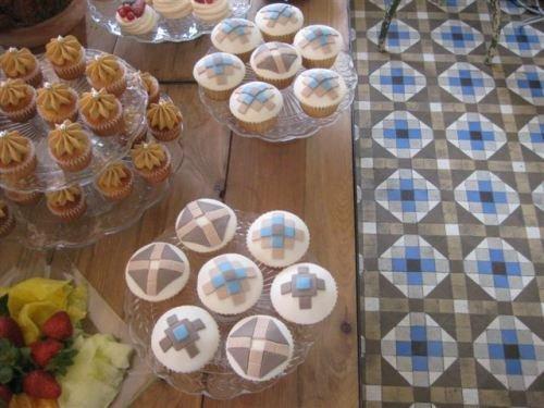 Decoracion vintage en tienda de cupcakes cookies share for Decoracion en cupcakes