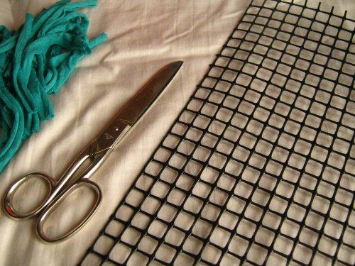 En principio corten varias tiras de totora de 10cms de largo.