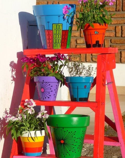 Macetas pintadas vida y color para nuestras plantas for Decoracion de patios con macetas