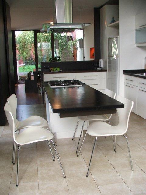 Cocina una isla completa decocasa - Isla de cocina con mesa ...