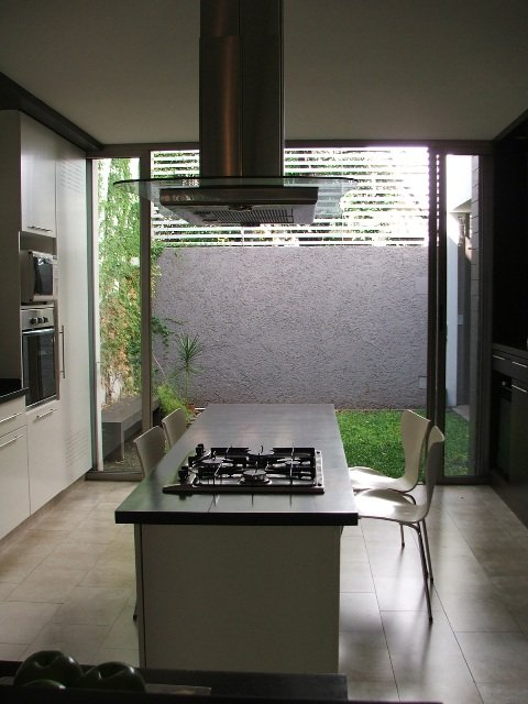 Cocina una isla completa decocasa for Cocinas con vista al patio