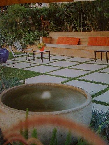 Constructora ori n patio exterior moderno con cemento for Pisos de patio