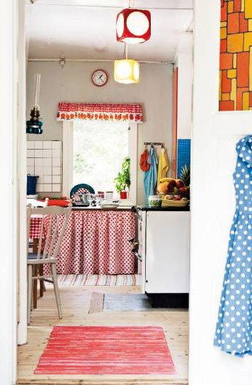 este sistema de cortinas puede ayudar a disponer de ms espacio de guardado slo debes colocar estantes un hilo y las cortinas para lograrlo
