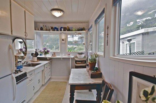 una cocina abierta o americana nuevamente el blanco se aduea del lugar slo que en este caso los toques de color estn a la orden del da